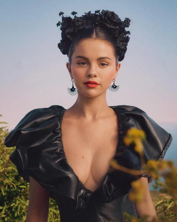 Selena Gomez gây choáng với visual hậu tăng cân: Mặt tròn cằm nọng, đôi môi tều-6