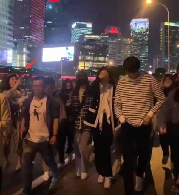 Sau cảnh Hứa Khải bế Dương Mịch với tư thế 18+, cặp đôi lại bị chụp ảnh đi trên phố, nhà gái giật thót lấy tay che mặt-3