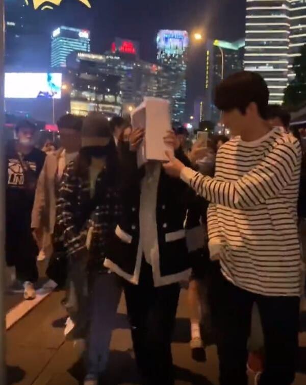 Sau cảnh Hứa Khải bế Dương Mịch với tư thế 18+, cặp đôi lại bị chụp ảnh đi trên phố, nhà gái giật thót lấy tay che mặt-4