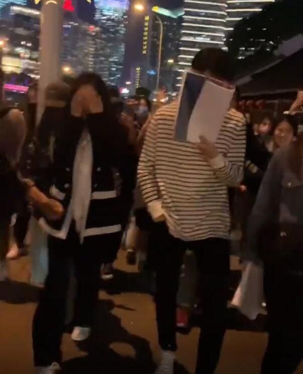 Sau cảnh Hứa Khải bế Dương Mịch với tư thế 18+, cặp đôi lại bị chụp ảnh đi trên phố, nhà gái giật thót lấy tay che mặt-5