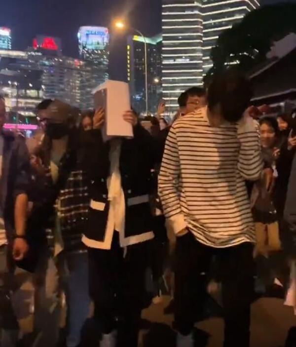 Sau cảnh Hứa Khải bế Dương Mịch với tư thế 18+, cặp đôi lại bị chụp ảnh đi trên phố, nhà gái giật thót lấy tay che mặt-6