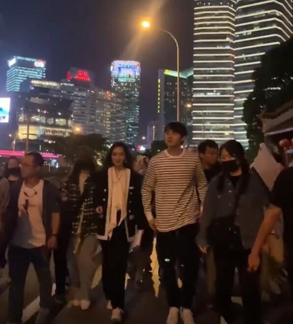 Sau cảnh Hứa Khải bế Dương Mịch với tư thế 18+, cặp đôi lại bị chụp ảnh đi trên phố, nhà gái giật thót lấy tay che mặt-7