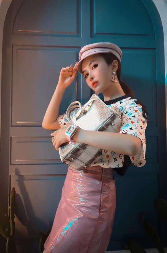 Loạt người đẹp Việt dùng túi xách hàng hiệu để đựng thứ gì?-2