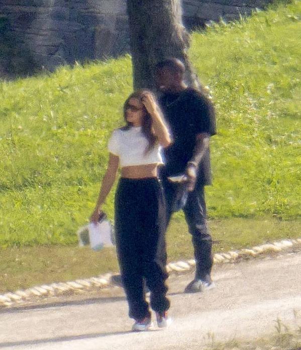 Irina Shayk lộ hint hẹn hò Kanye West bằng một chiếc áo phông?-3