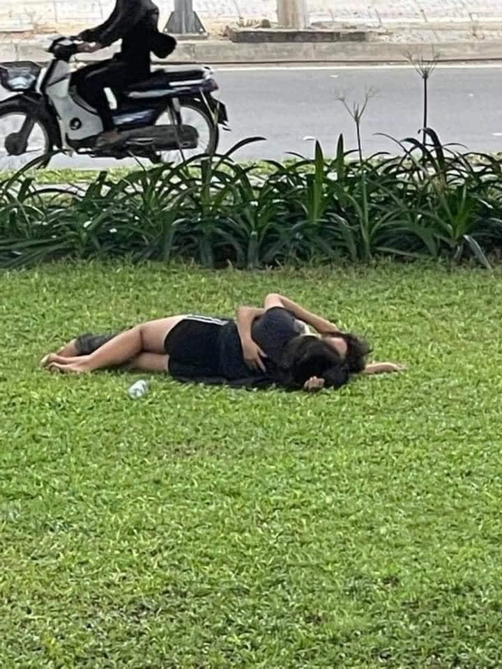 Giữa mùa Covid-19, cặp đôi thản nhiên ôm ấp giữa bãi cỏ tấp nập người đi lại-2