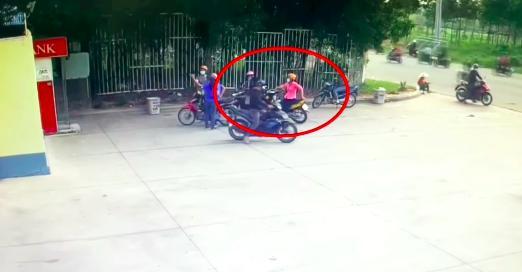 Clip: Côn đồ dàn cảnh trộm xe cực kỳ tinh vi của người rút tiền ATM-1