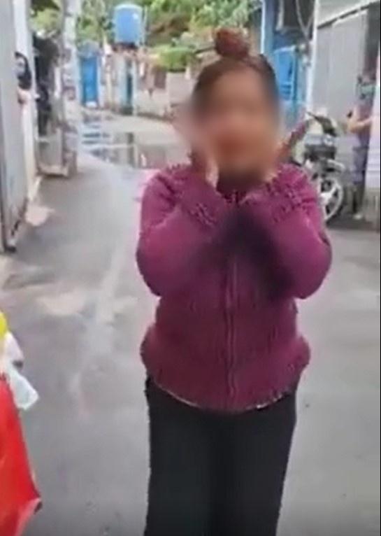 Clip: Người phụ nữ phóng xe vào khu cách ly quát: Đeo khẩu trang là bị truy nã-1