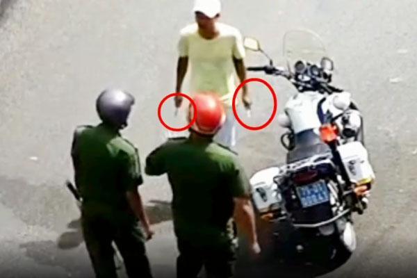Clip: Thấy công an bị kẻ cầm dao uy hiếp, người dân vác gậy đến giải vây-1
