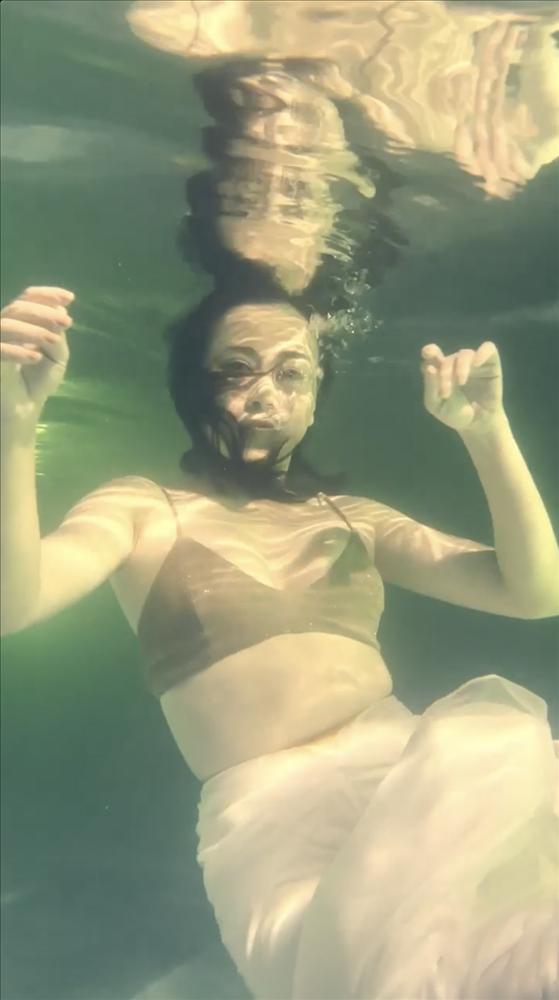 Phương Oanh đóng giả nàng tiên cá ai ngờ lại hóa khúc giò đại dương-3