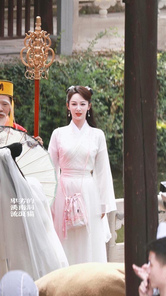 Dương Tử đi họp báo, mặc váy trắng gợi nhắc Cẩm Mịch ở Hương mật tựa khói sương, người bé xíu gây chú ý-10