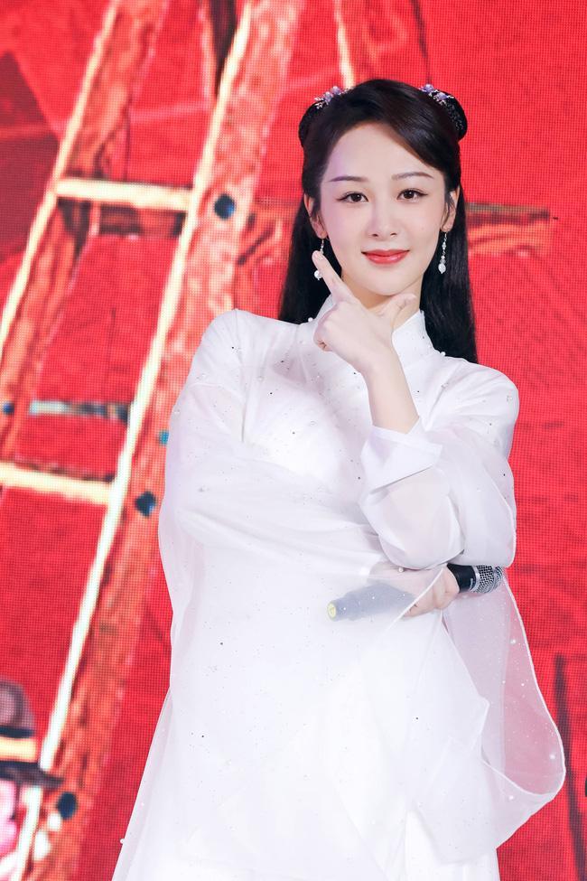 Dương Tử đi họp báo, mặc váy trắng gợi nhắc Cẩm Mịch ở Hương mật tựa khói sương, người bé xíu gây chú ý-4