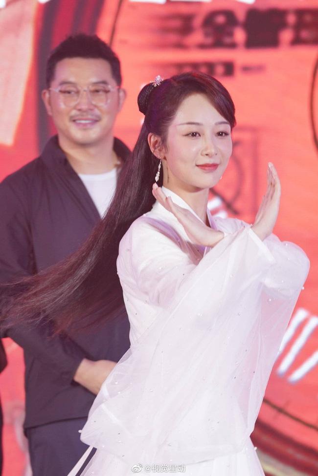 Dương Tử đi họp báo, mặc váy trắng gợi nhắc Cẩm Mịch ở Hương mật tựa khói sương, người bé xíu gây chú ý-6