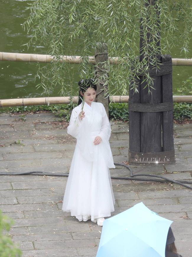 Dương Tử đi họp báo, mặc váy trắng gợi nhắc Cẩm Mịch ở Hương mật tựa khói sương, người bé xíu gây chú ý-7