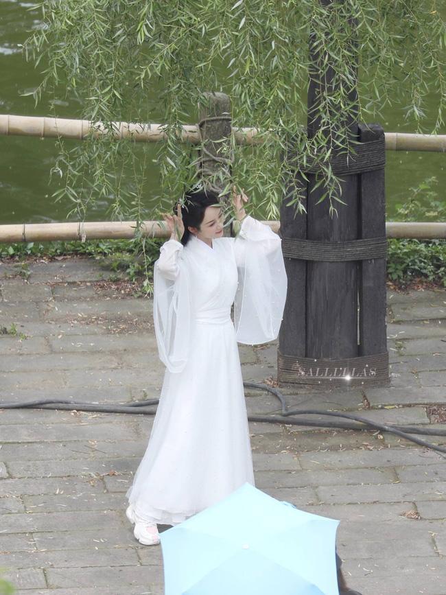 Dương Tử đi họp báo, mặc váy trắng gợi nhắc Cẩm Mịch ở Hương mật tựa khói sương, người bé xíu gây chú ý-8