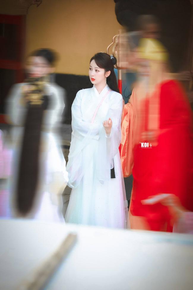 Dương Tử đi họp báo, mặc váy trắng gợi nhắc Cẩm Mịch ở Hương mật tựa khói sương, người bé xíu gây chú ý-9