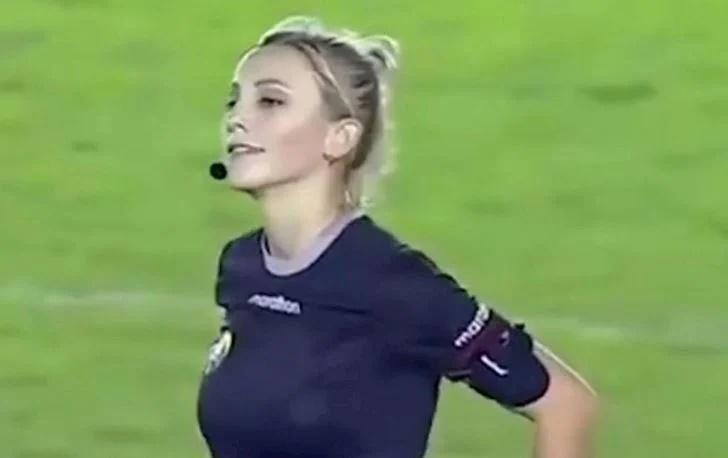 Body nghẹt thở của nữ trọng tài được đồn bắt trận Việt Nam - Malaysia-1