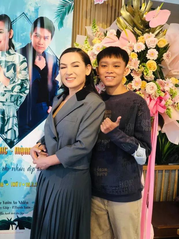 Phi Nhung nói gì về chiếc áo mẹ Hồ Văn Cường in chữ TÔI MUỐN THOÁT-4