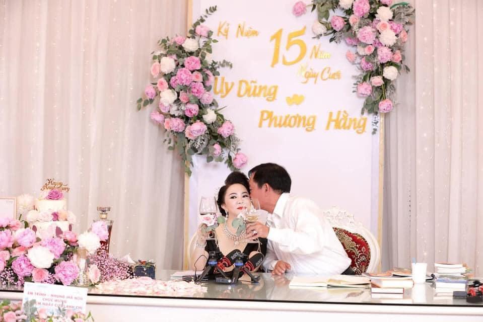 Bà Hằng khoe 11 năm ngày cưới, thay liên tục 3 bộ váy phủ kim cương-4