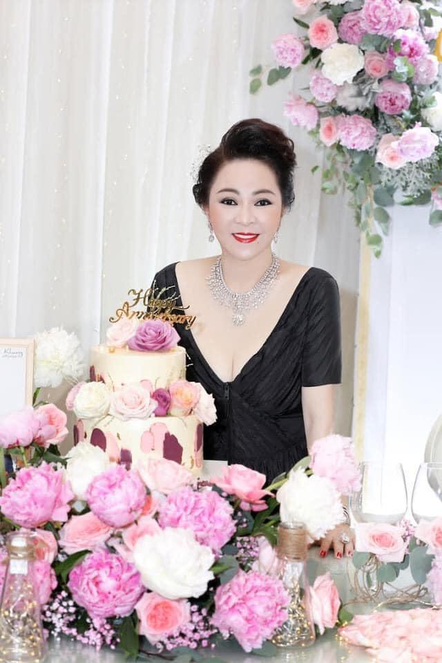 Bà Hằng khoe 11 năm ngày cưới, thay liên tục 3 bộ váy phủ kim cương-3