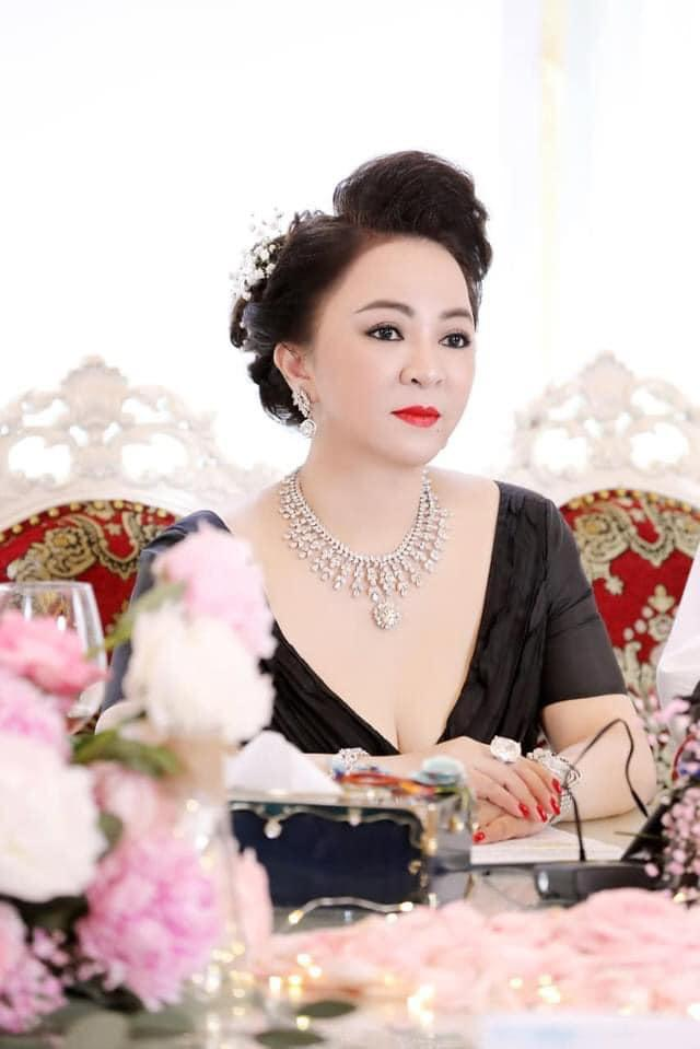 Bà Hằng khoe 11 năm ngày cưới, thay liên tục 3 bộ váy phủ kim cương-5