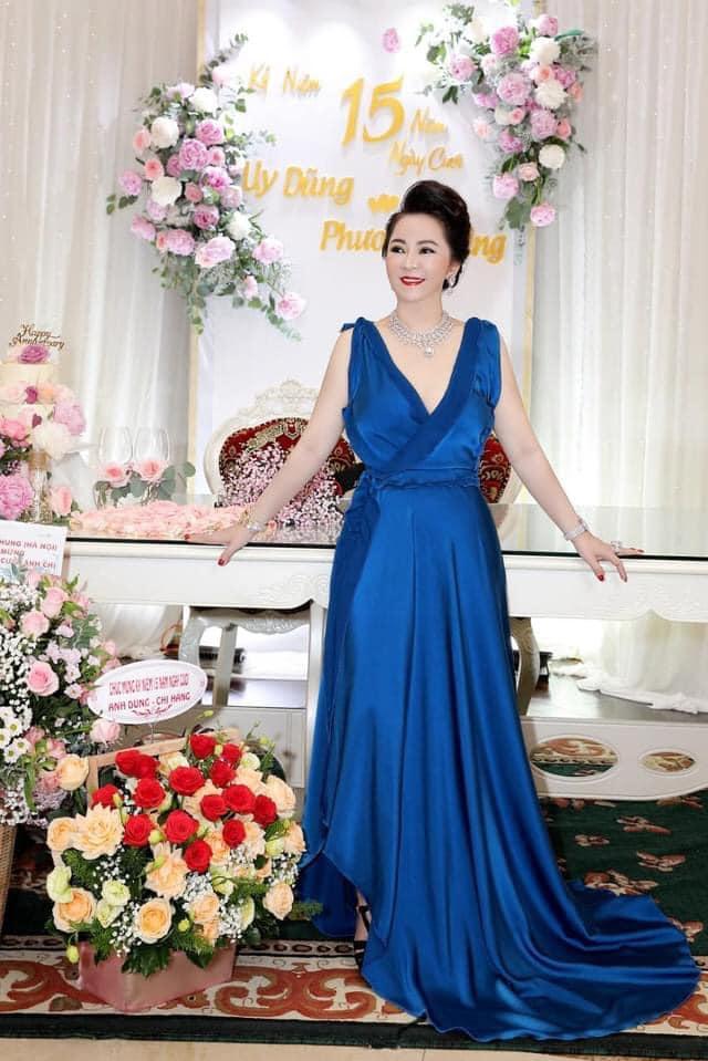 Bà Hằng khoe 11 năm ngày cưới, thay liên tục 3 bộ váy phủ kim cương-6