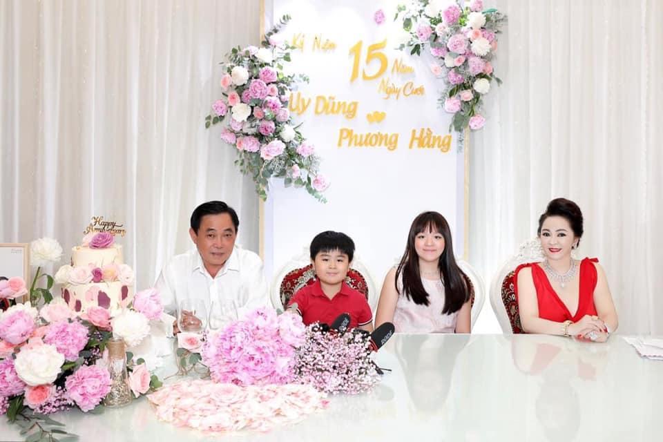 Bà Hằng khoe 11 năm ngày cưới, thay liên tục 3 bộ váy phủ kim cương-2