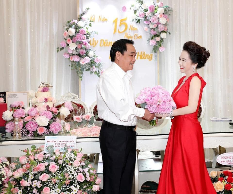 Bà Hằng khoe 11 năm ngày cưới, thay liên tục 3 bộ váy phủ kim cương-7