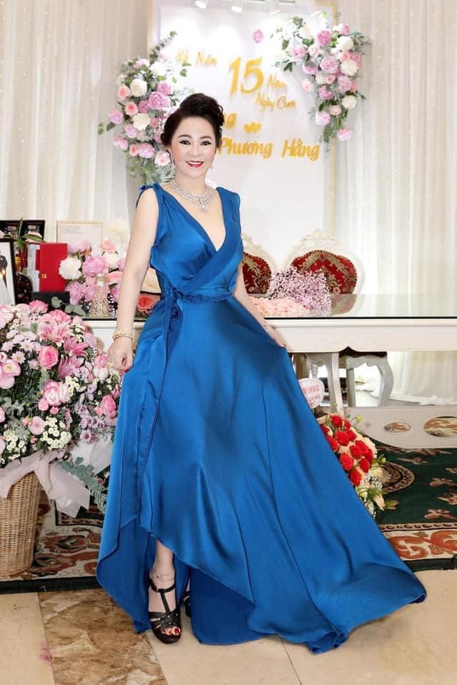 Bà Hằng khoe 11 năm ngày cưới, thay liên tục 3 bộ váy phủ kim cương-9