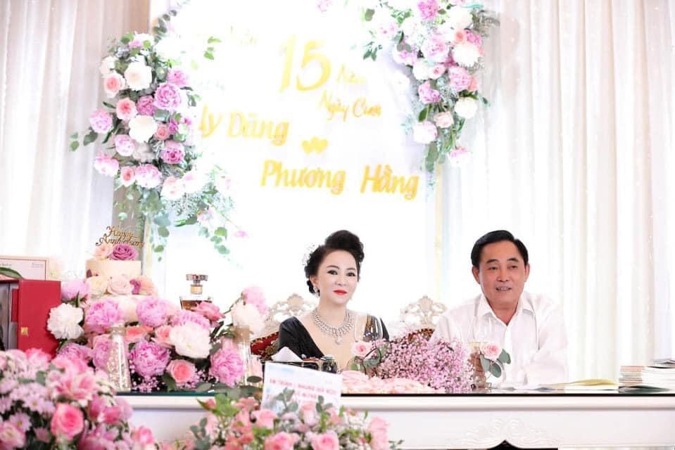 Bà Hằng khoe 11 năm ngày cưới, thay liên tục 3 bộ váy phủ kim cương-8