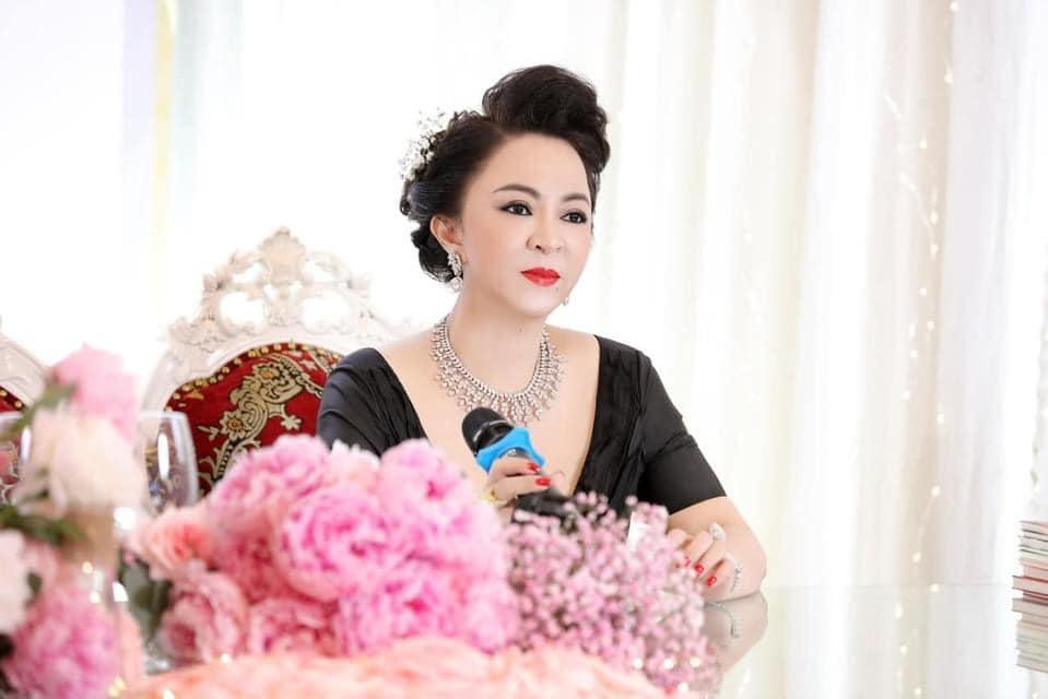 Bà Hằng khoe 11 năm ngày cưới, thay liên tục 3 bộ váy phủ kim cương-11
