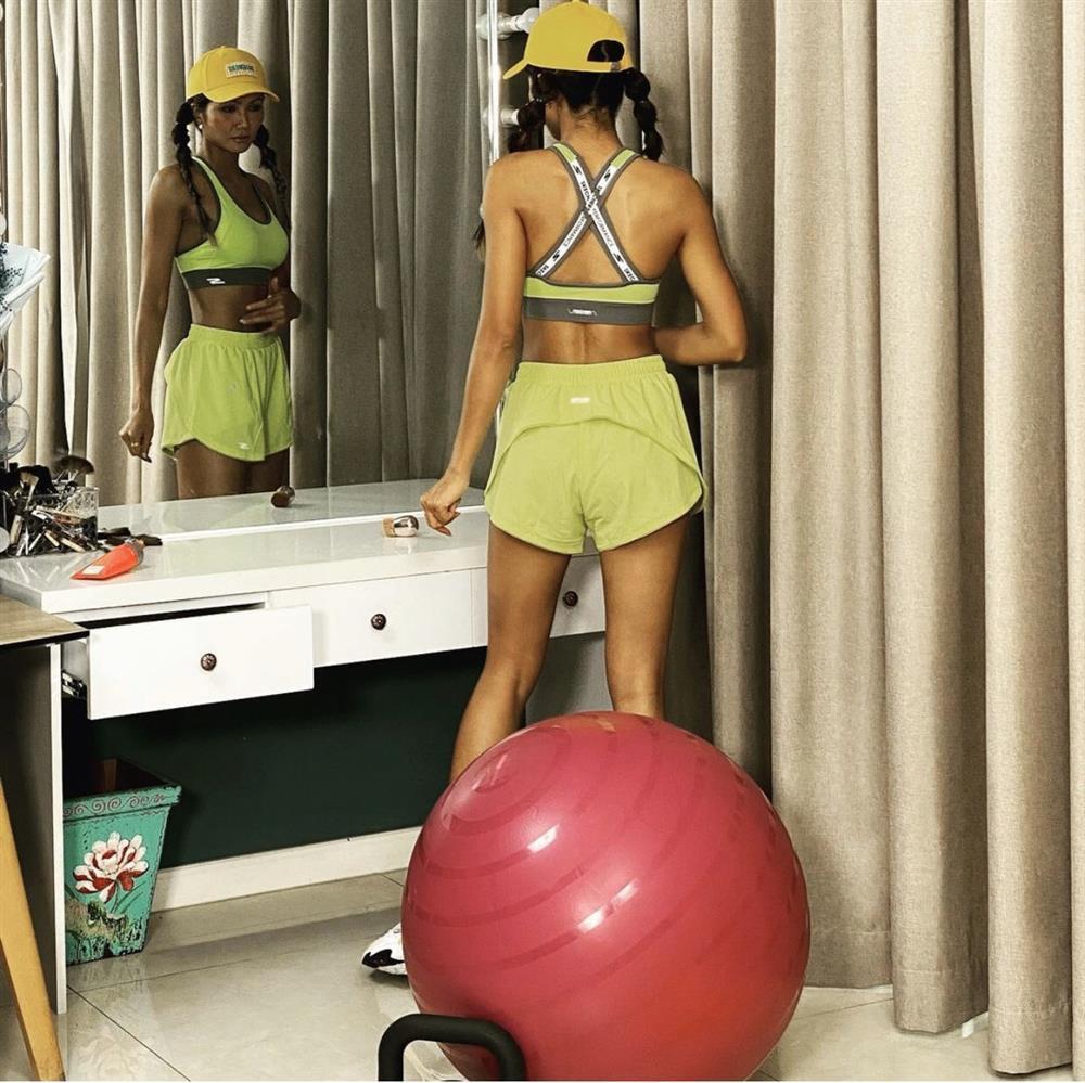 Trợ thủ giúp Hà Hồ, HHen Niê luyện yoga đốt mỡ siêu hiệu quả-1
