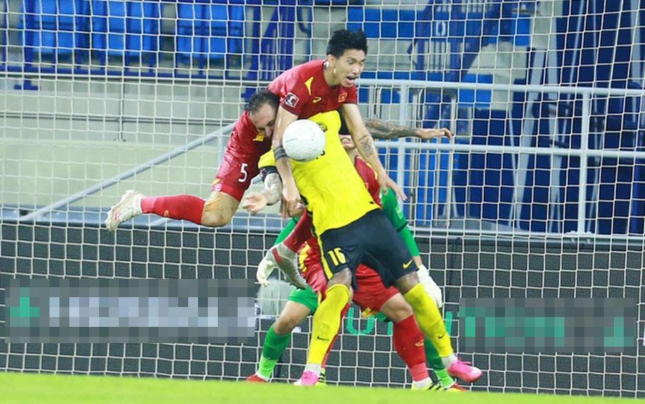 Cận cảnh pha phạm lỗi của Văn Hậu khiến Việt Nam nhận bàn thua-2