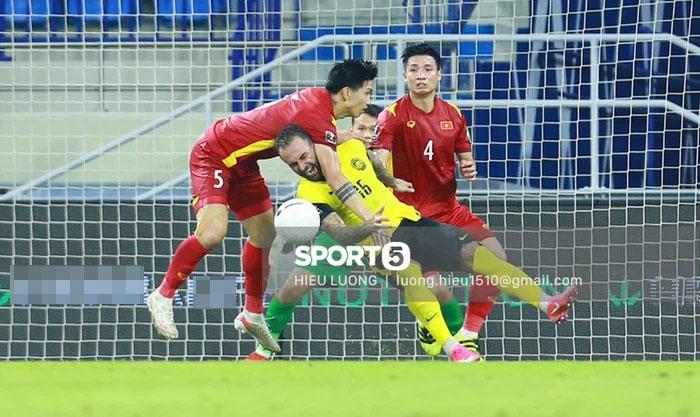 Cận cảnh pha phạm lỗi của Văn Hậu khiến Việt Nam nhận bàn thua-3
