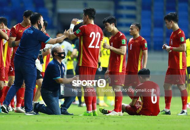 Hình ảnh không thể quên về HLV Park Hang Seo trong trận Việt Nam - Malaysia-2