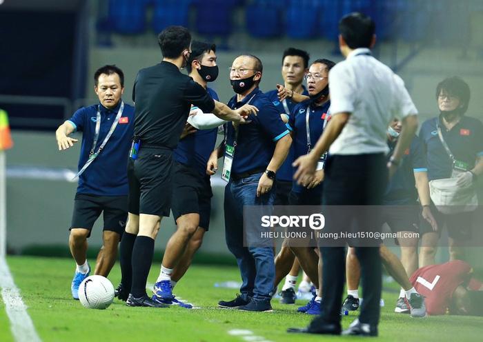 Hình ảnh không thể quên về HLV Park Hang Seo trong trận Việt Nam - Malaysia-4