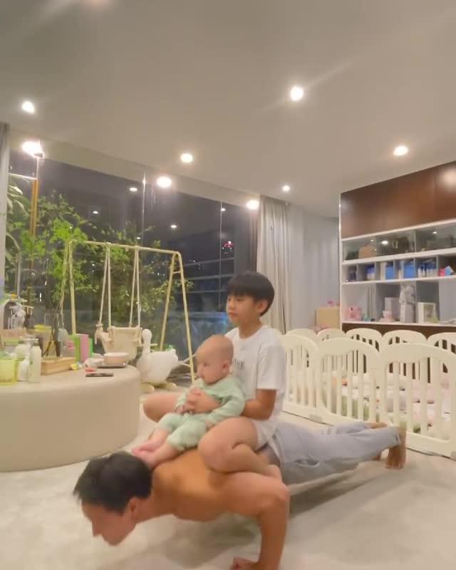 Kim Lý cõng 2 con chống đẩy, Subeo chiếm spotlight với cặp giò mẹ Hà-2