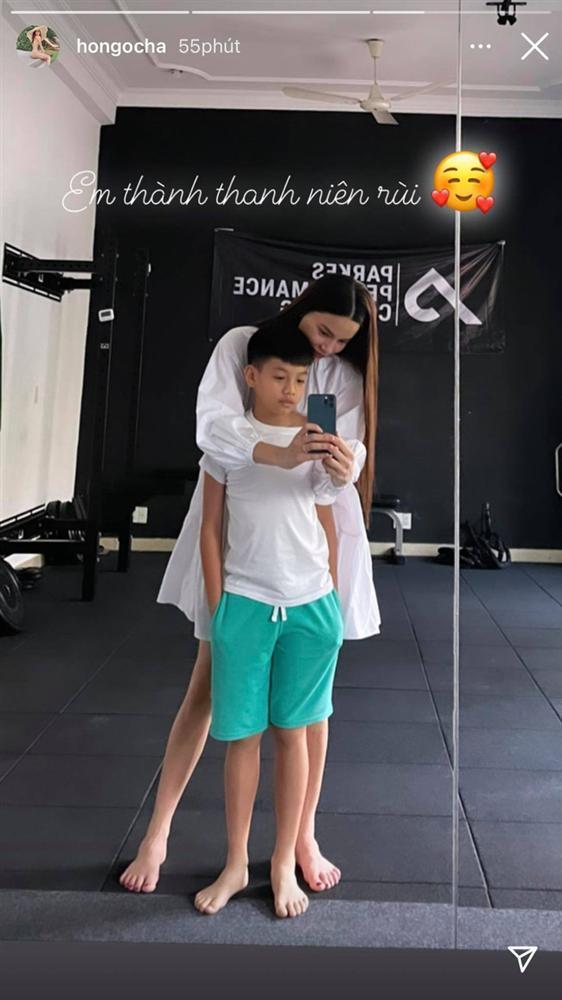 Kim Lý cõng 2 con chống đẩy, Subeo chiếm spotlight với cặp giò mẹ Hà-7