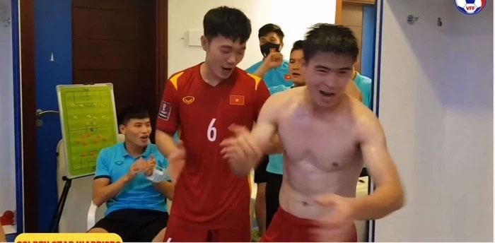 Clip: Thủ môn Tấn Trường và dàn cầu thủ, HLV hát vang bài ca chiến thắng-1