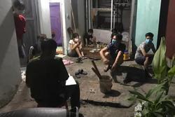 Chủ nhà trọ mang bia cùng 6 người tụ tập xem bóng đá mặc giãn cách xã hội