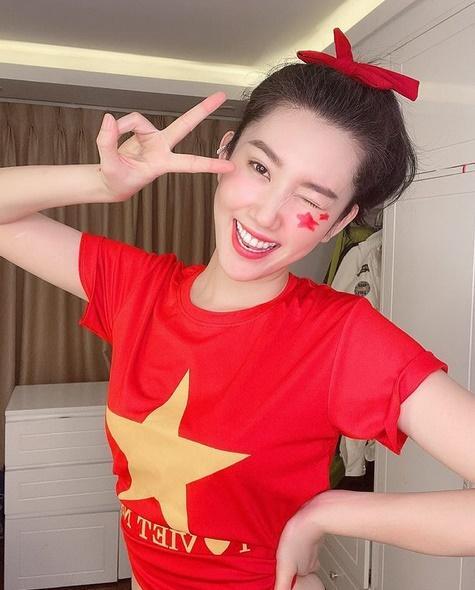Thúy Ngân diện áo Quốc kỳ mừng tuyển Việt Nam - Kỳ Duyên ngầu đét với style golfer-1