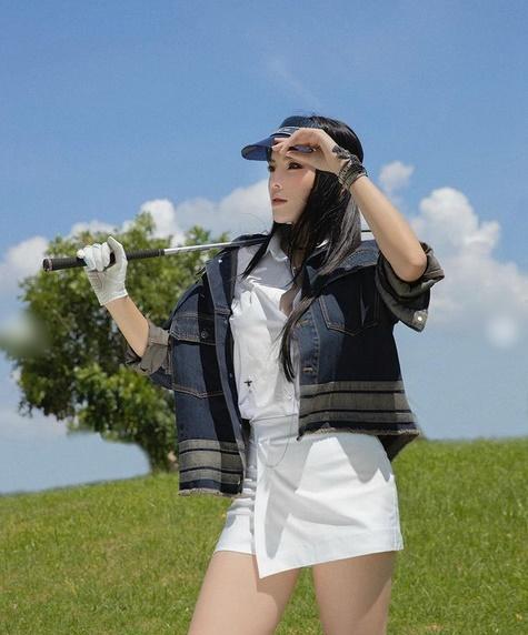 Thúy Ngân diện áo Quốc kỳ mừng tuyển Việt Nam - Kỳ Duyên ngầu đét với style golfer-2