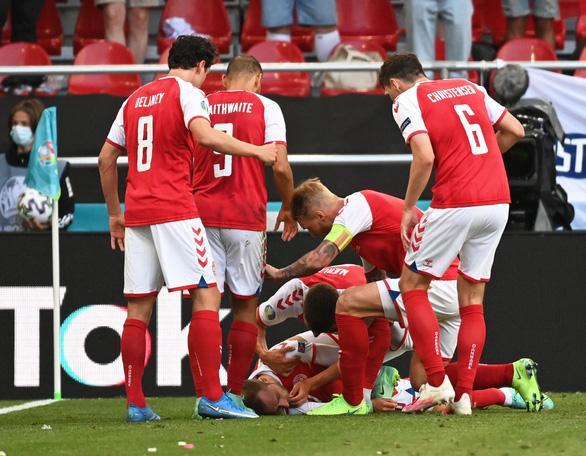 BTV Quang Minh và fans Việt sốc khi cầu thủ nổi tiếng Đan Mạch bị đột quỵ lúc thi đấu-1