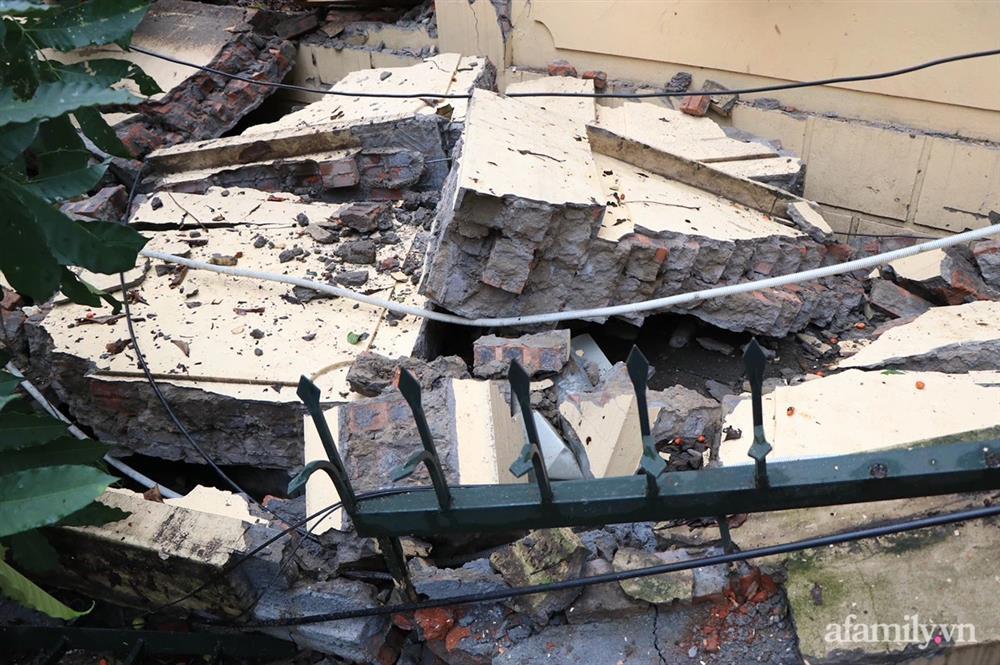 Hà Nội: Cây cổ thụ hàng chục năm tuổi bất ngờ bật gốc sau trận gió lớn, đè sập tường Tòa án nhân dân tối cao-6