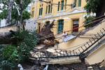 Hà Nội: Cây cổ thụ hàng chục năm tuổi bất ngờ bật gốc sau trận gió lớn, đè sập tường Tòa án nhân dân tối cao