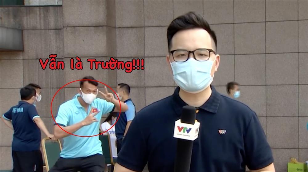 Ông chú thủ môn Tấn Trường mặn mòi thật sự, dám trêu cả phóng viên VTV lúc đang ghi hình-3