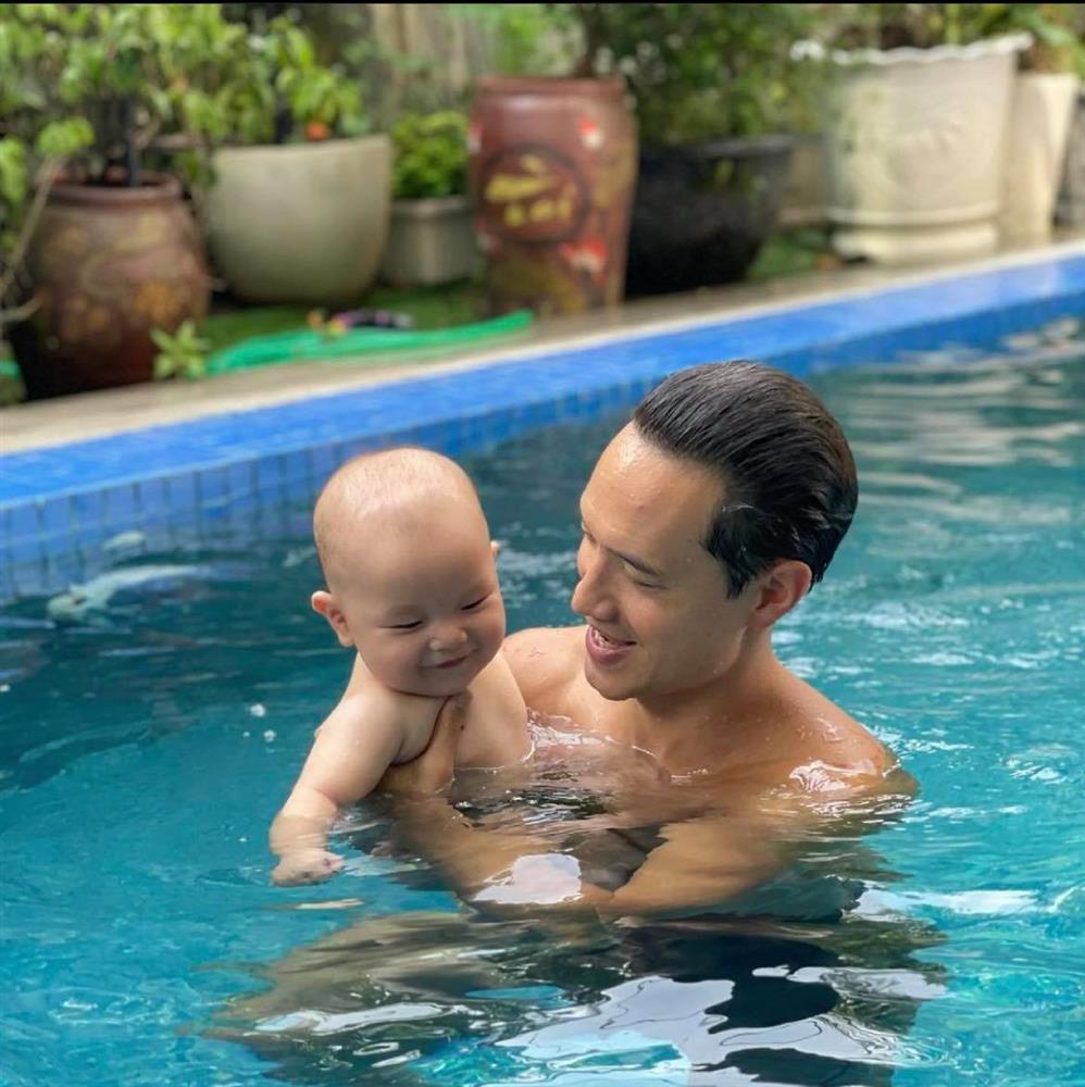 Kim Lý đưa quý tử đi bơi, dân mạng soi khoảnh khắc như 2 giọt nước-2