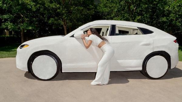 Kim Kardashian bọc lông cho siêu xe Lamborghini Urus-1