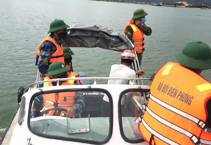 3 ngư dân bất ngờ phát hiện kho báu kim loại dưới đáy biển Quảng Bình-1