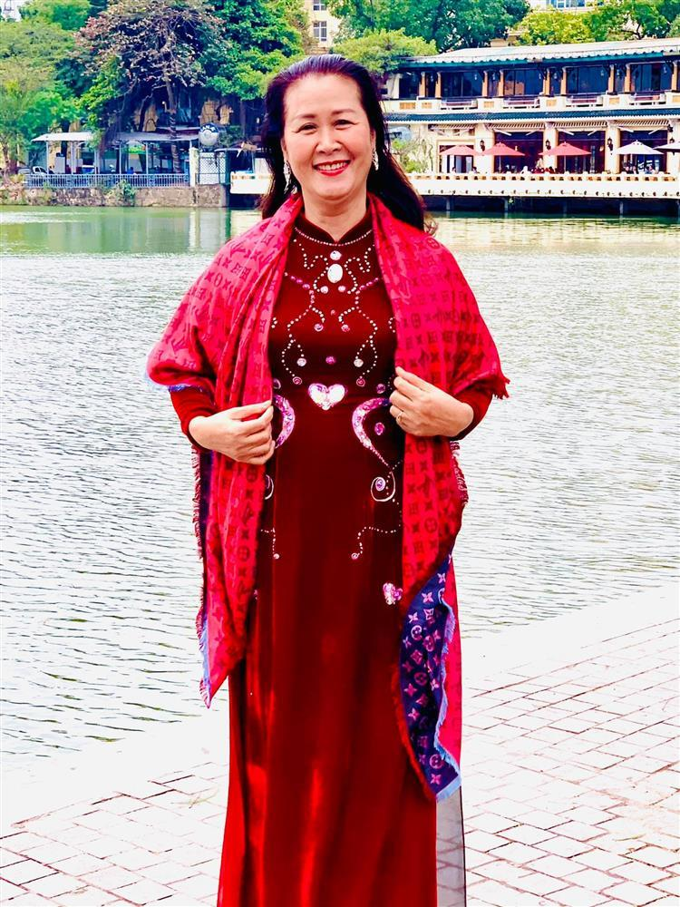 Nhan sắc gây chú ý của mẹ ruột Dương Thùy Linh ở tuổi 62-2