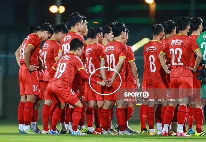 Công Phượng lén lút cầm tay Quang Hải, fan đồng loạt gọi tên Viên Minh-1